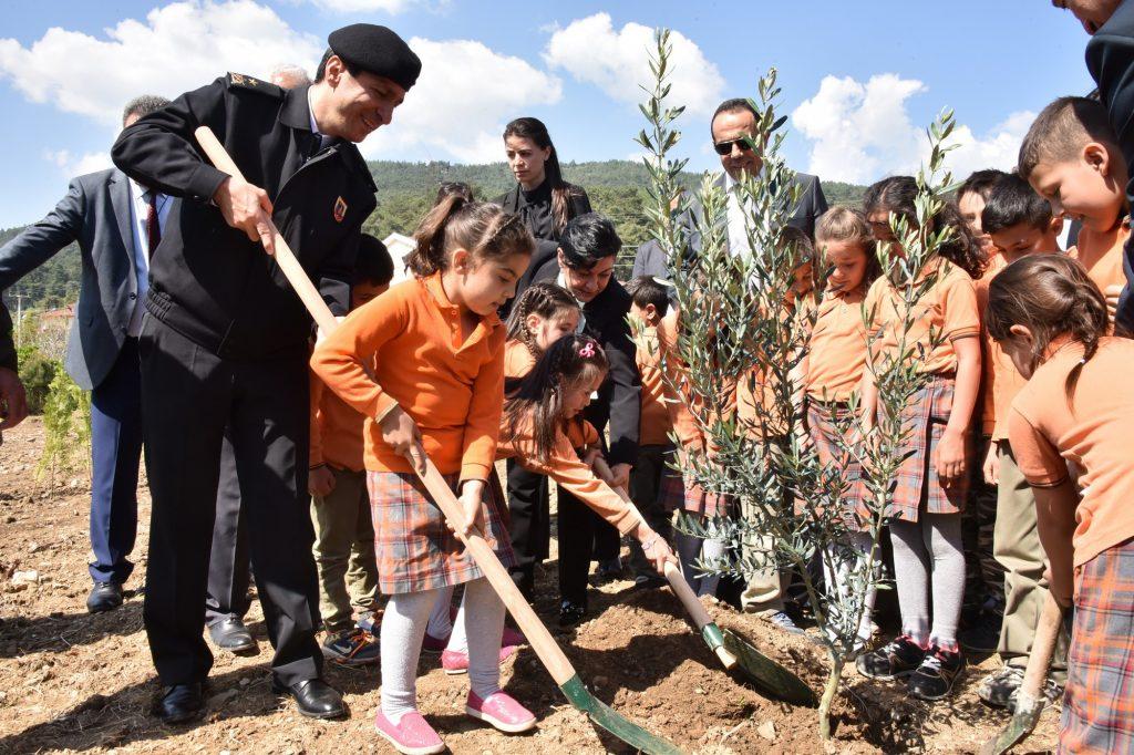orman VALİ CİVELEK, ÖĞRENCİLERLE FİDAN DİKTİ… okullar hayat olsun mugla 2