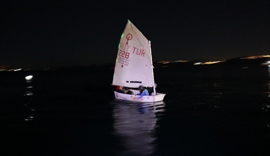 bodrum yelken YELKENCİLER İLK KEZ GECE SEYRİ GERÇEKLEŞTİRDİ… Bodrumsporlu yelkenciler ilk kez gece yelken yapti 1