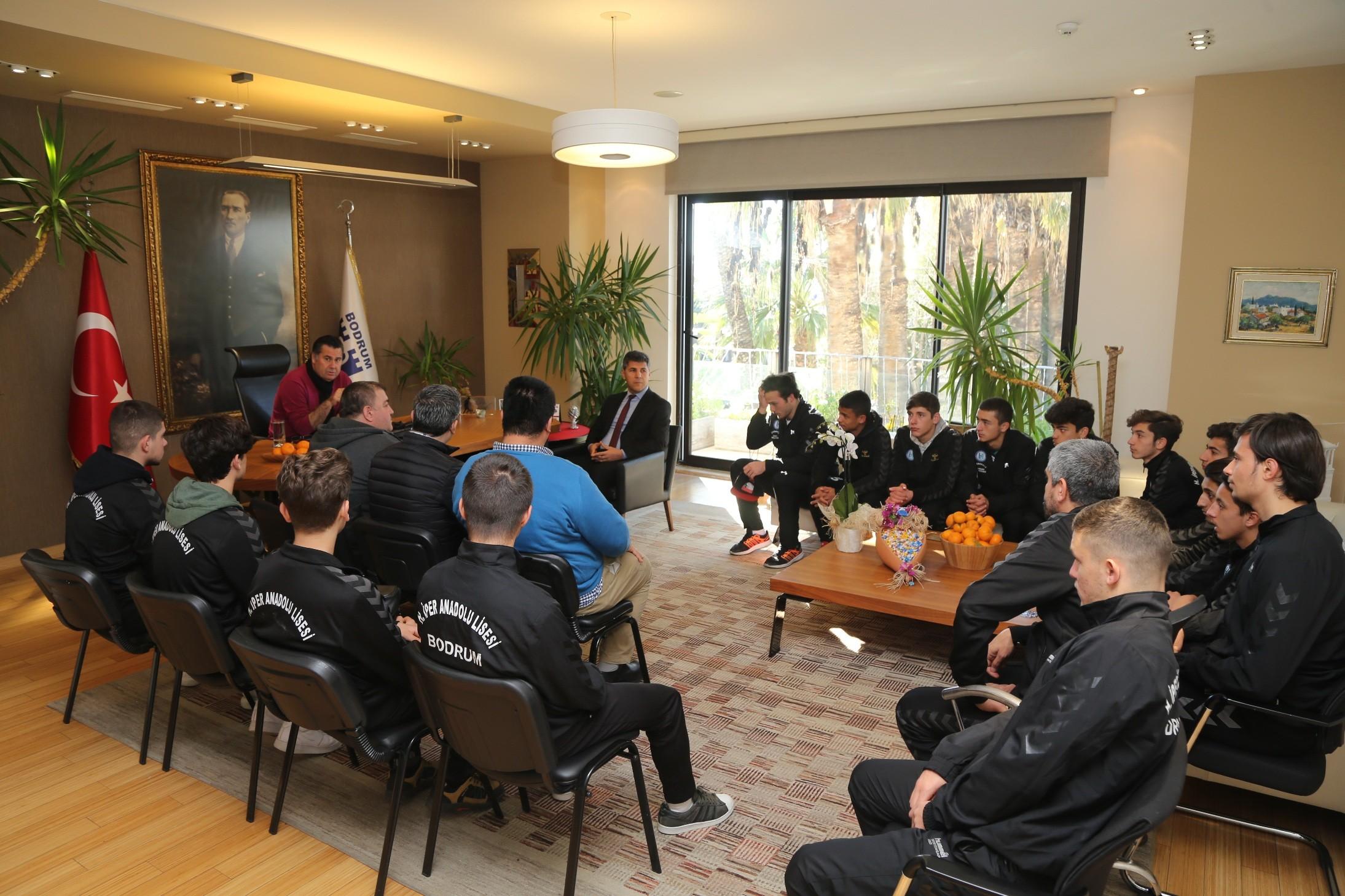 mehmet kocadon LİSELİ FUTBOLCULAR BAŞKAN KOCADON'U MAKAMINDA ZİYARET ETTİ.. liseli futbolculardan baskan kocadona ziyaret 1