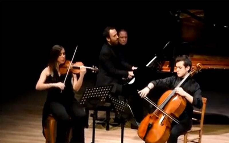 bodrum heredot kültür merkezi KARSANAT TRIO GRUBU İZLEYENLERİN BEĞENİSİNİ ALDI… arena bodrum konser 1