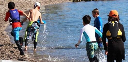 bodrum uluslararası optimist yarışları RÜZGAR OLMAYINCA YARIŞIN YERİNİ EĞLENCE ALDI… bodrumspor yelken kulubu 3