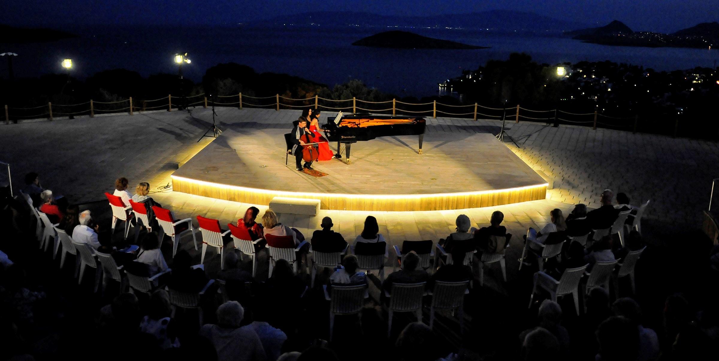 hua hsuan lee ZEFİRYA'DA VİYOLONSEL VE PİYANO UYUMU MEST ETTİ… gumusluk muzik festivali 3