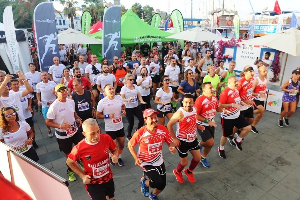 bodrum yarı maraton BODRUM YARI MARATONU RENKLİ GÖRÜNTÜLERE SAHNE OLDU… Bodrum Yari Maraton 1