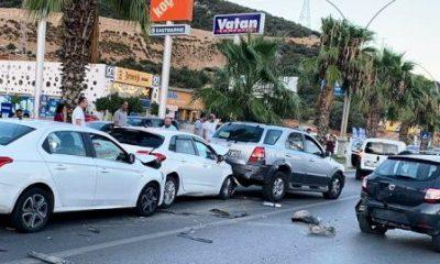 konacik kaza ANİDEN DURUNCA 6 ARAÇ BİRBİRİNE GİRDİ… konaci kaza 400x240