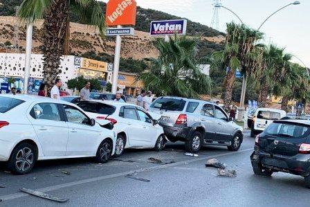 konacik kaza ANİDEN DURUNCA 6 ARAÇ BİRBİRİNE GİRDİ… konaci kaza